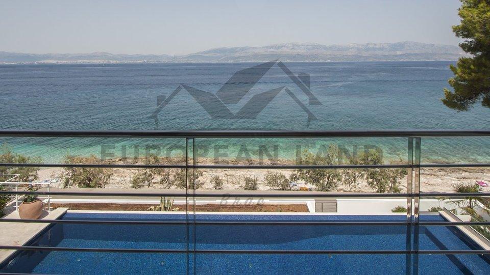 Beautiful villa next to the sea in Sutivan