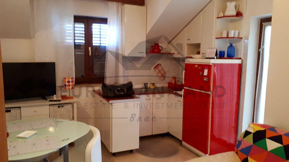 Stan u stambenoj zgradi – u Supetru