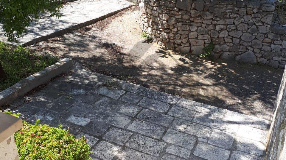 Tradicionalana kamena kuća u krasnom starom bračkom mjestu Bobovišća