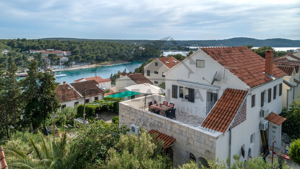 House with swimming pool in Milna