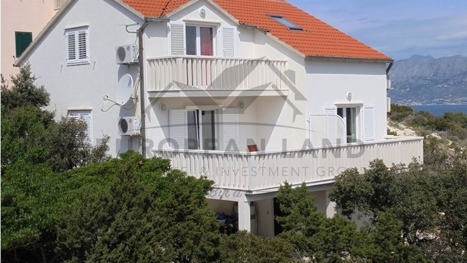 HOUSE WITH APARTMENTS - in Povlja
