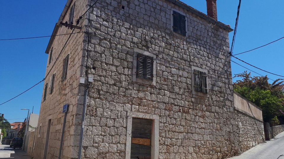 Old stone house - in Sutivan