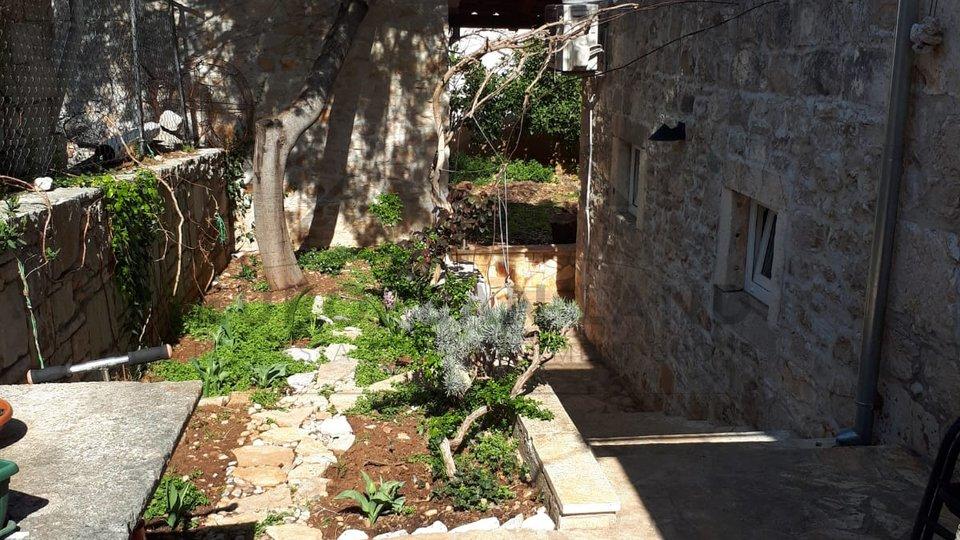 Renovirana kamena kuća s okućnicom